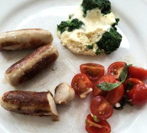 Chippolata mit Brocholli und Tomatensalat